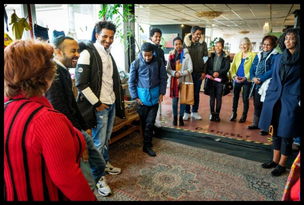 Ibrahim Saleh (tweede van links) is vrijwilliger bij Warm Welkom in Amsterdam-Noord | ©Sake Rijpkema
