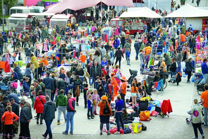 Spulletjes verkopen op Koningsdag | @Amerens Hedwich