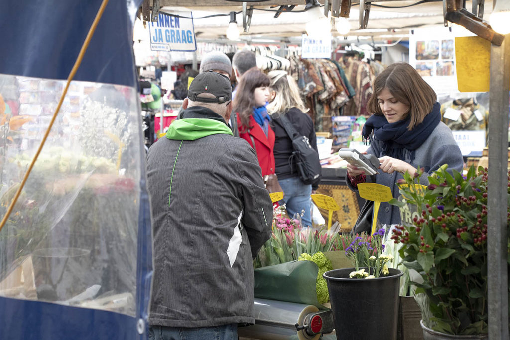 Een paar dagen op de markt of in een winkel werken kan lonen, dankzij de vrijlating en soms meer via de premie in het Amsterdamse bijstandsexperiment (personen op de foto komen niet in het artikel voor). | @George Maas/Fotonova