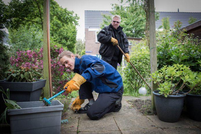 Ronald de Vries en stagiair Robin (geknield) aan het werk | © Sandra Hoogeboom