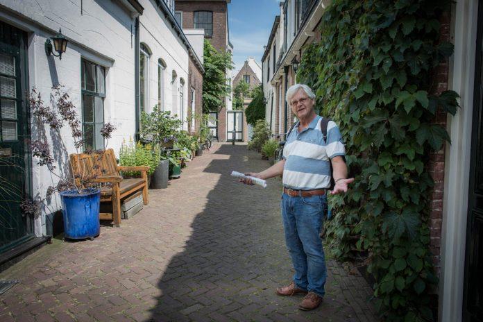 Gids Cees Pfeiffer leidt ons rond in Weesp | © Sandra Hoogeboom